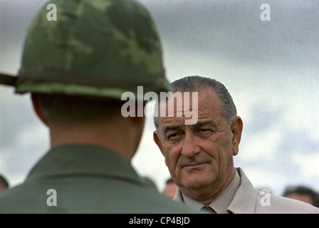 Präsident Johnson in Südvietnam. LBJ besucht US-Soldaten in Cam Ranh Bay, Süd-Vietnam. 26. Oktober 1966. - Stockfoto