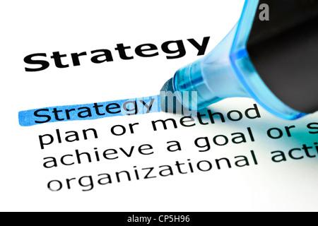 Das Wort, das Strategie blau mit Filzstift markiert - Stockfoto