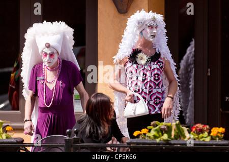Drag-Queens mit Kopf Kleider - San Francisco, Kalifornien, USA - Stockfoto