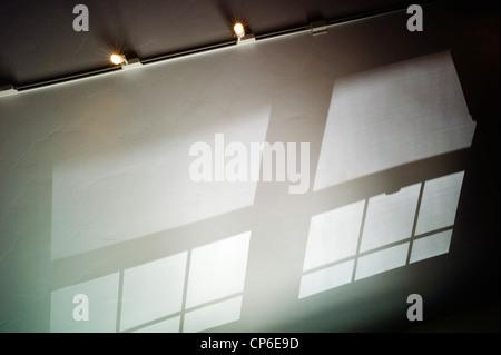 Reflexionen, Schatten und Fenstermuster Anschlagen der gewölbten Decke von einem home-Office. - Stockfoto