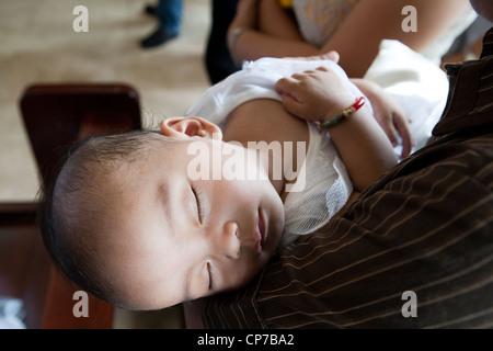 Lapu-Lapu City, Philippinen, 26.02.2012: 200-300 Babys in einer einzigen 3-Stunden-Zeremonie am Mactan Air Base - Stockfoto
