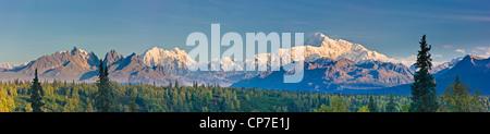 Panorama Scenic des Mount McKinley und die Alaska Range in der Nähe der Parks Highway, Denali Nationalpark, Alaska - Stockfoto