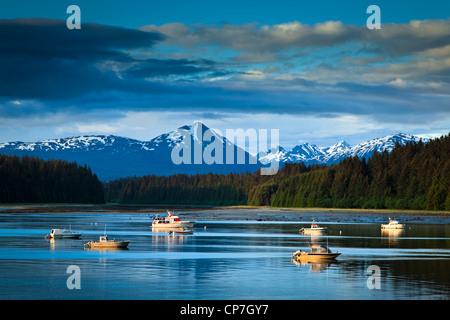 Schönen Abend Blick auf Bartlett Cove und vertäuten Fischerbooten, Glacier Bay Nationalpark & Preserve, südöstlichen - Stockfoto