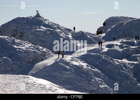 Die Menschen gehen IN SCHNEEBERG UNTERSBERG Österreich 28. Dezember 2011 - Stockfoto