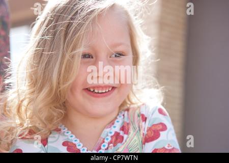 Fünf Jahre altes Mädchen Lachen im Sonnenlicht. - Stockfoto