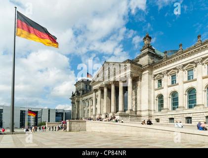 Reichstag, Berlin, Deutschland - deutsche Parlamentsgebäude mit deutscher Flagge - Stockfoto