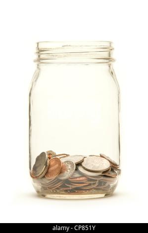 Amerikanischen Münzen in einem Glas auf einem weißen Hintergrund - Stockfoto