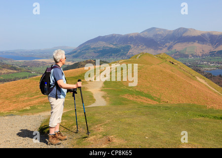 Active Senior Woman Hill Walking mit Trekkking-Stöcken auf einem Fußweg zu Catbells im Lake District National Park - Stockfoto