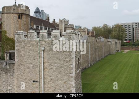 Tower von London Außenwand und Zinnen. - Stockfoto