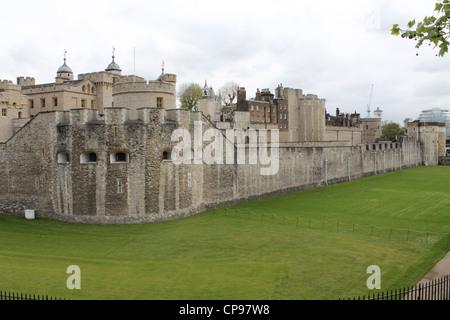 Der Tower of London Außenwand und graben, - Stockfoto