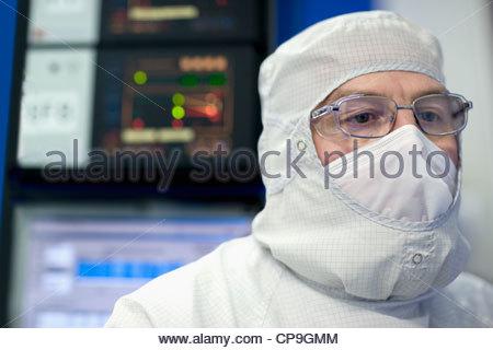 Nahaufnahme eines Ingenieurs in sauberen Anzug in Silizium Wafer Fertigung Labor - Stockfoto