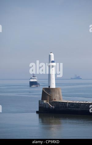 Ein Schiff der Unterstützung für die Offshore-Ölbohrplattform nähert sich Aberdeen Hafeneinfahrt. - Stockfoto