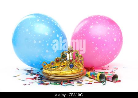 Geburtstag Partydekorationen auf weißem Hintergrund - Stockfoto