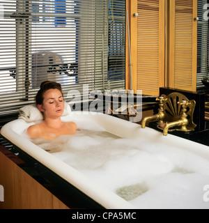 Herr junge Frau in der Badewanne entspannen - Stockfoto