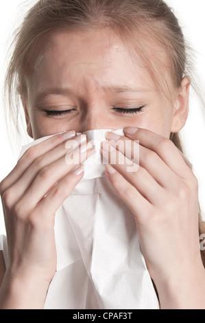 Blasse kranke Frau mit einer Grippe Niesen, in einem weißen Hintergrund - Stockfoto
