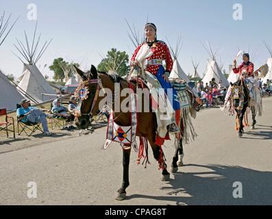 USA, Montana, Crow Agentur. Teilnehmer, die Teilnahme an einer Parade statt während der jährlichen Messe Krähe Crow - Stockfoto