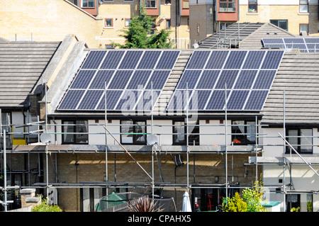 Modernes Haus Am Strand; Gerüst Für Solar Energy Power Cell Panels  Installation Auf Dem Dach Des Modernen Haus Für Billiger