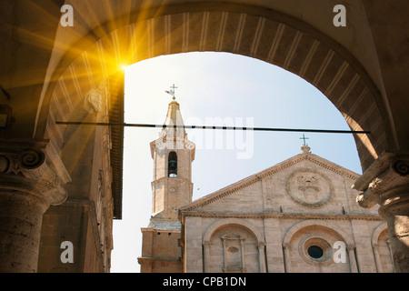 Sonne durch reich verzierte Torbogen - Stockfoto