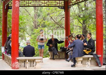 Eine chinesische Gruppe/Band Musiker spielen traditionellen chinesischen Musik (Erhu - chinesische Violine Hauptinstrument) - Stockfoto
