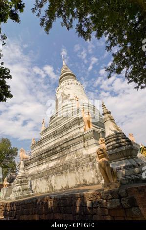 Vertikale Ansicht der wichtigsten Stupa im Wat Phnom, aka Tempel auf die Berge oder den Berg Pagode, ein buddhistischer - Stockfoto