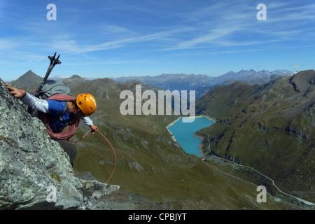 Ein Bergsteiger absteigend einen steilen Abschnitt auf der Couronne de Briona in der Schweiz - Stockfoto