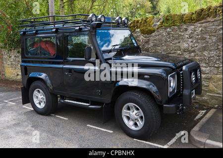 Schwarzes Land Rover Defender 90 2.4TDCi 4 x 4 Safari-Schnorchel mit Dachgepäckträger - Stockfoto