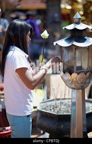 Thailand Frau Beleuchtung ein Räucherstäbchen für den Gottesdienst in einem buddhistischen Tempel. Doi Suthep, Chiang - Stockfoto