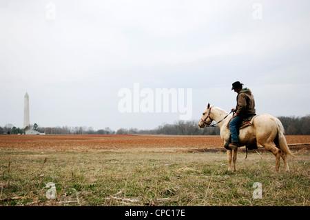 Eine Mennonitische Pferdetrainer steht mit seinem Pferd auf der Farm seiner Familie in der Nähe von Jefferson Memorial - Stockfoto