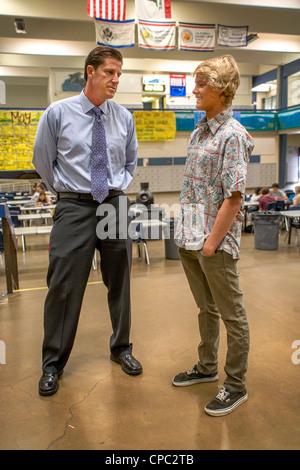 Eine hohe Schuldirektor Gespräche mit einem seiner Schüler in der Schule Gebäude Atrium in Dana Point, Kalifornien. - Stockfoto