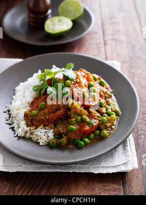 Teller mit Tomaten mit Erbsen und Reis - Stockfoto