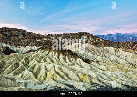Sonnenaufgang über der Panamint Range und Golden Valley Badlands von Zabriskie Point im kalifornischen Death Valley - Stockfoto