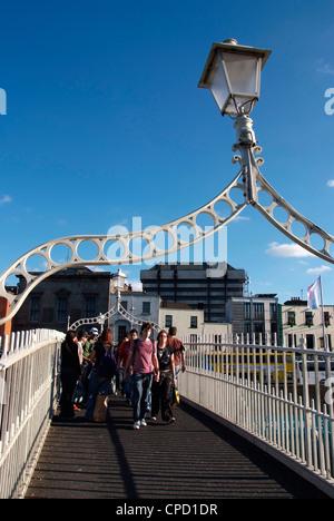 Halfpenny Brücke über den Fluss Liffey, Dublin, Republik Irland, Europa