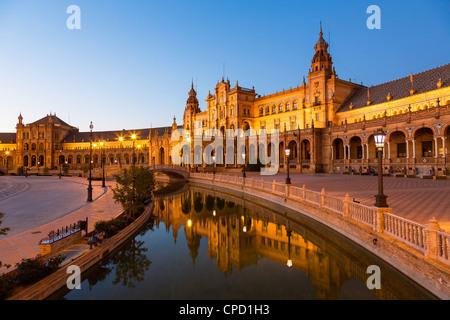 Spanien, Andalusien, Sevilla, Plaza de Espana in der Abenddämmerung - Stockfoto
