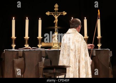 Altar Kerze Beleuchtung an Notre-Dame de Paris Kathedrale, Paris, Frankreich, Europa - Stockfoto