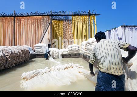 Bleichen Pool, Sari Bekleidungs-Fabrik, Rajasthan, Indien, Asien - Stockfoto