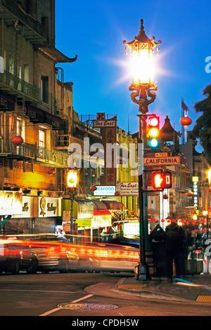 Leuchtende Laternen hängen über Grant Avenue in Chinatown, San Francisco, California, Vereinigte Staaten von Amerika, - Stockfoto