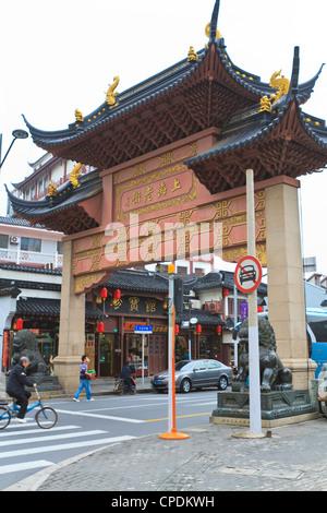 Traditionelles chinesisches Tor auf Shanghai Old Street, einem restaurierten traditionellen Viertel, Nanshi, Shanghai, - Stockfoto