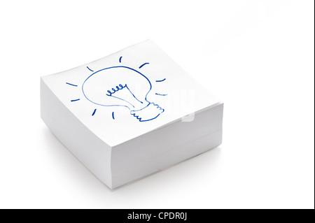 Glühbirne, die Zeichnung auf einen Stapel Post es Notizen illustriert das Konzept des Habens einer Idee - Stockfoto
