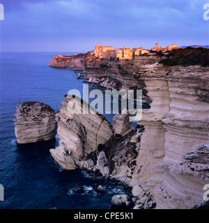 Die Falaise und Haute Ville bei Dämmerung, Bonifacio, Korsika, Korsika, Frankreich, Mittelmeer, Südosteuropa - Stockfoto
