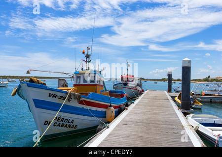 Lokale Fischerboote im Hafen von Cabanas, in der Nähe von Tavira, Ost-Algarve, Portugal