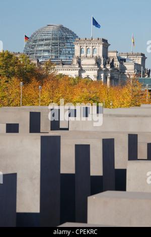 Das Denkmal für die ermordeten Juden Europas in Berlin, Deutschland; Reichstag im Hintergrund