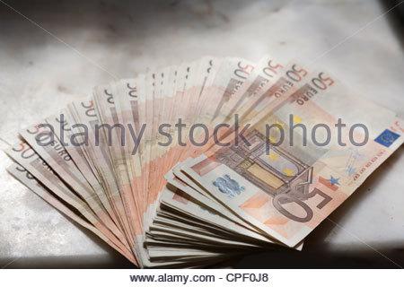 2500 Euro In 50 Euro Banknoten übergeben Stockfoto Bild 48272983