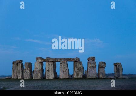 England, Wiltshire, Stonehenge in der Morgendämmerung - Stockfoto