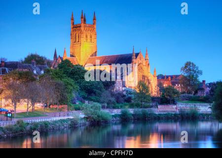 Worcester Cathedral mit Flutlicht an einem Frühlingsabend und spiegelt sich in den Fluss Severn. - Stockfoto