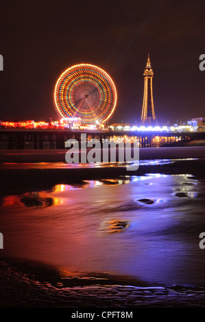 Central Pier und Blackpool Tower während Illuminationen Blackpool England - Stockfoto