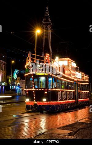 Beleuchtete Straßenbahn und Blackpool Tower während den berühmten Blackpool Illuminationen - Stockfoto