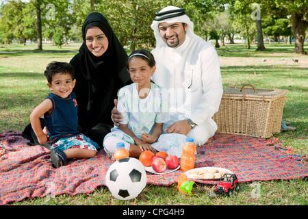 Porträt der arabischen Familie im Park, lächelnd. - Stockfoto