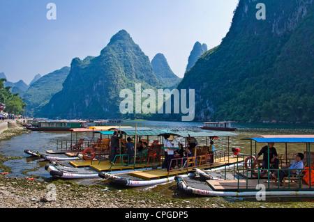 Holz-Flößen auf Li-Fluss zwischen Guilin und Yangshuo, Provinz Guangxi - China - Stockfoto