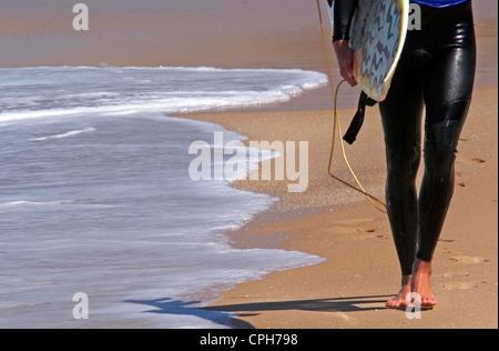 Wave Surfer Spaziergänge am Strand. - Stockfoto