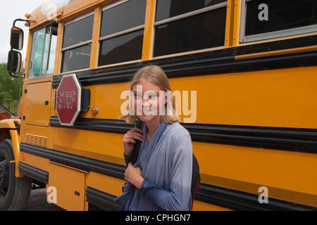 Middle School Student lächelnd vor ihr Schulbus. - Stockfoto